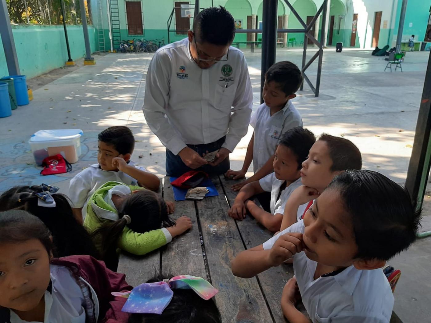 Visita a la primaria Aquiles Serdán en Izamal