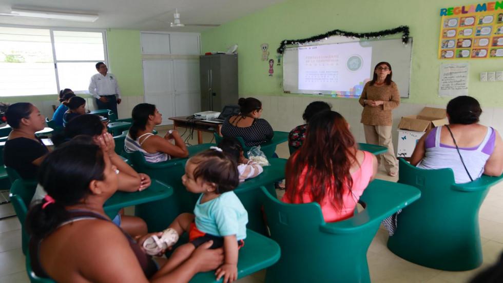 Plática con padres de familia en la escuela primaria Emma Godoy
